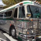 Ônibus antigo GMC Pontiac exposto em feira paulista de autos antigos