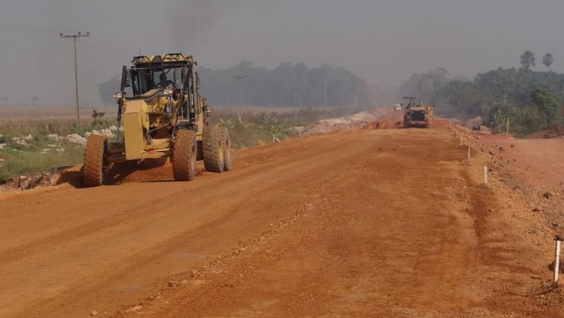 Máquinas trabalham em obras de terraplenagem da BR-163