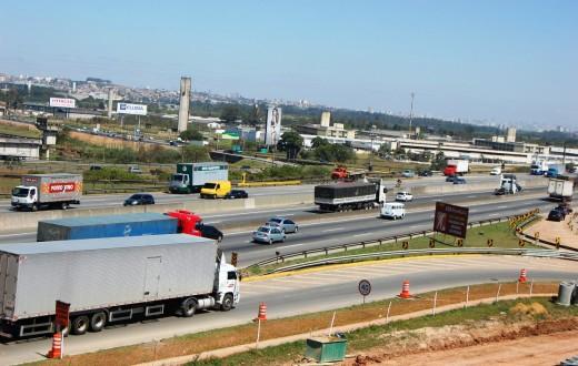 Veículos em circulação na rodovia Presidente Dutra