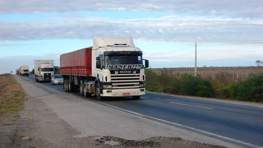 Caminhões trafegando na Rio-Bahia
