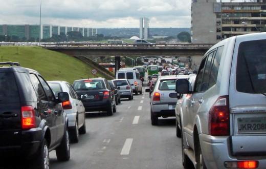 Carros parados em uma das principais vias de Brasília