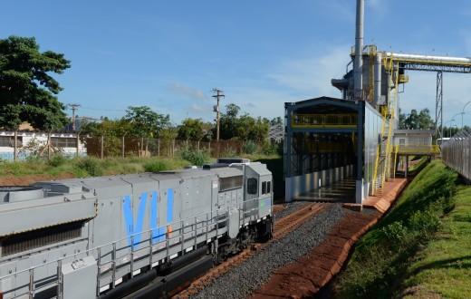 Trem chegando ao Terminal Integrador (TI) Guará, da VLI
