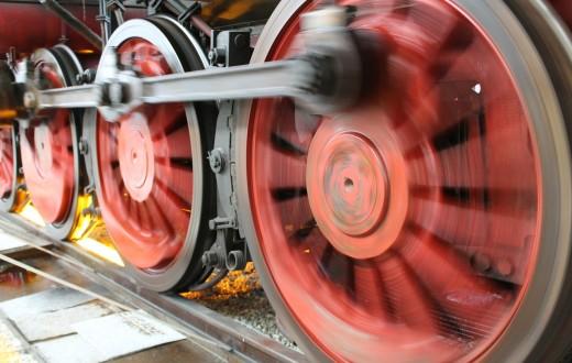 rodas de um trem sobre trilhos