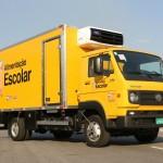 VW Delivery 9.160, com pintura amarela, para transporte de alimentos para escolas
